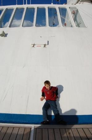 Cozumel (เกาะโกซูเมล), เม็กซิโก: Devon trying to climb the front of the boat