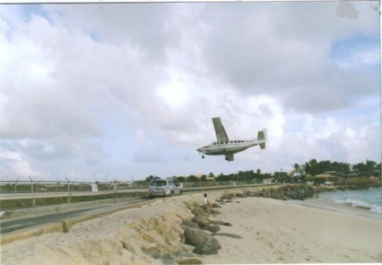 เซนต์มาร์ติน / ซินท์มาร์เทิน: Corey relaxing on the beach at St. Maarten