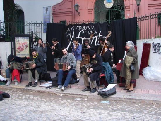 ซานเทลโม: un grupo muy muy bueno en San Telmo