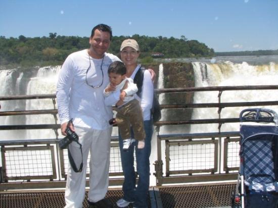 """ปวยร์โตอีกวาซู, อาร์เจนตินา: Family Photo at """"La garganta del Diablo...Las Catarratas del Iguazú"""""""