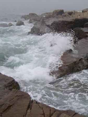 บาร์ฮาร์เบอร์, เมน: Crashing waves along the coast of Maine.