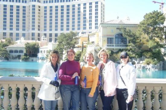 น้ำพุเบลลาจิโอ: All the girls in front of the Bellagio.
