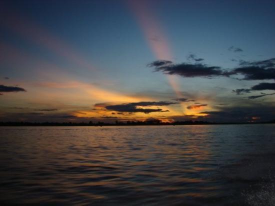 Leticia, โคลอมเบีย: un atardecer en el rio Amazonas - mar 22