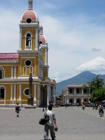 กรานาดา, นิการากัว: Church and Volcano in Grenada