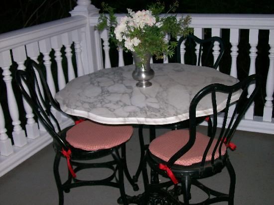 Tin Lizzie Inn: Eating area on front porch