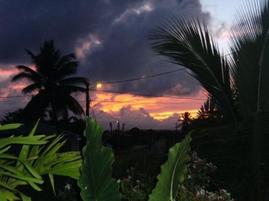 Sainte-Anne, กวาเดอลูป: couché de soleil  juste avant un orage au fond la Soufrière
