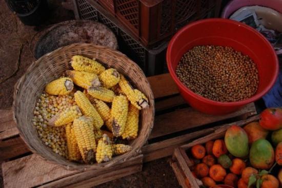 โบโกตา, โคลอมเบีย: Mercado 12 de octubre. Choclo y arvejas blancas.