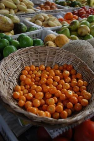 โบโกตา, โคลอมเบีย: Uchuvas, limoncito verde y otras frutas. Mercado 12 de octubre. Bogotá.