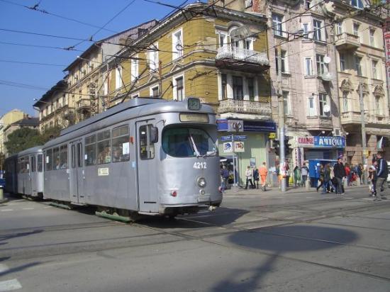 โซเฟีย, บัลแกเรีย: Un tram il faut voir ca, le chauffeur qui descend parfois pour deplacer a la main les rails pour