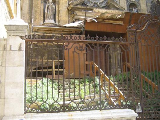 แอ็ซซองโปรวองซ์, ฝรั่งเศส: une église abandonnée