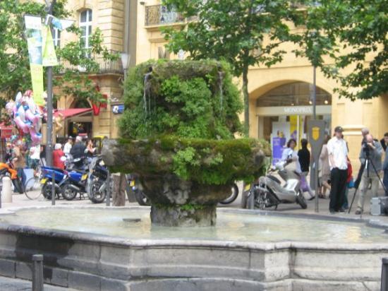 แอ็ซซองโปรวองซ์, ฝรั่งเศส: une fontaine d,eau chaude