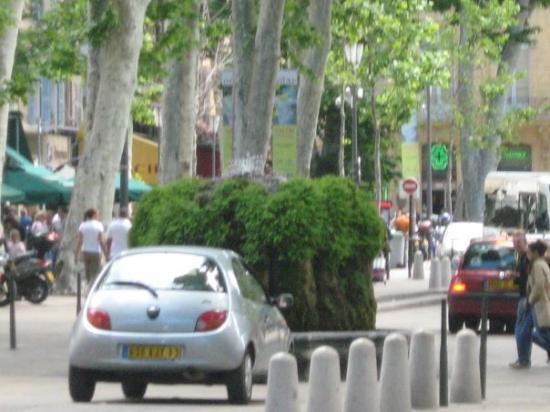 แอ็ซซองโปรวองซ์, ฝรั่งเศส: la fontaine d,eau chaude, mais attention de ne pas foncer dedans hihihihi!!!
