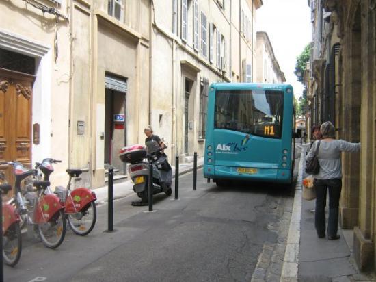 แอ็ซซองโปรวองซ์, ฝรั่งเศส: attention aux piétons pas beaucoup de place pour marcher lorsque le bus passe.