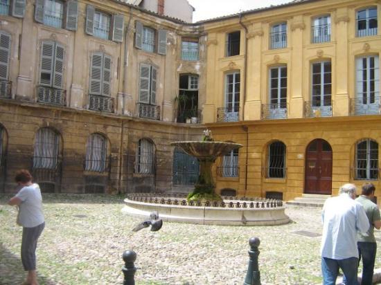 แอ็ซซองโปรวองซ์, ฝรั่งเศส: un endroit d,où les gens viennent se reposer et nourrisent les pigeons.