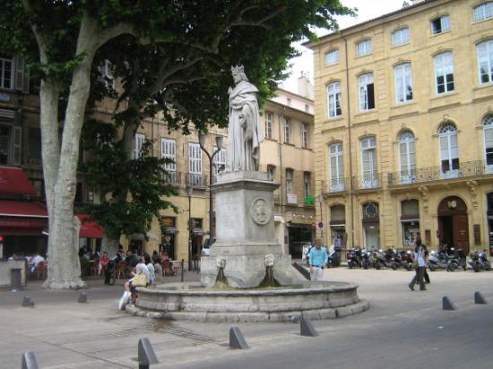 แอ็ซซองโปรวองซ์, ฝรั่งเศส: ici c,est une statue et tout au tour il y a de quoi à visité des petites boutiques  et terrasse