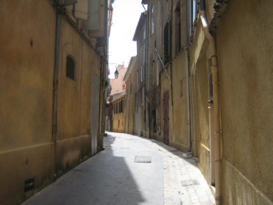 Aix-en-Provence, Francia: celle là hé! bien c,est pour les voiture seulement attention à vos pieds si vous rencontrez des
