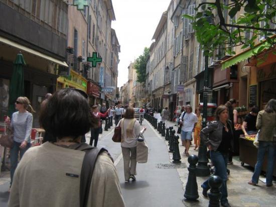 Marche aux Fleurs: ici il y a de tout à voir des boutiques à tonnes