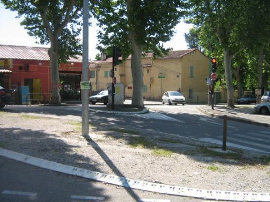 แอ็ซซองโปรวองซ์, ฝรั่งเศส: le petit dépanneur près d,où j,ai habité ainsi qu,une boulangerie