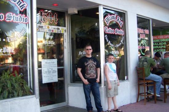 ไมอามี่ีบีช, ฟลอริด้า: Outside Love Hate Tattoos (Miami Ink) in South Beach Miami