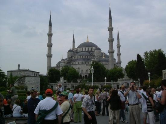 มัสยิดสุลต่านอาห์เมต: Mezquita de Estambul construida por el sultán Ahmed I (1603-1617) junto al mar de Mármara. Está