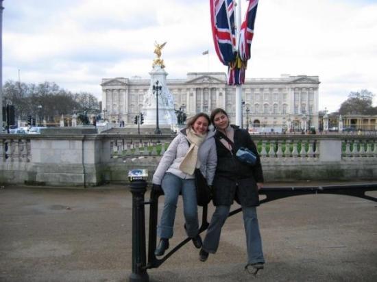 พระราชวังบักกิงแฮม: Detras el palacia Buckingham