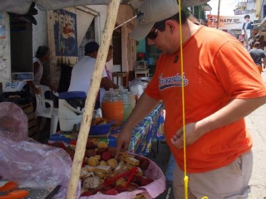 Xilitla, เม็กซิโก: PACO COMPRANDO PANECILLOS DE A UN PESO LA PIEZA