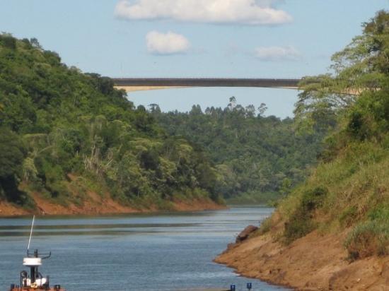 ฟอสโดอีกวาซู: Puente Tencredo Neves que conecta Argentina con Brasil