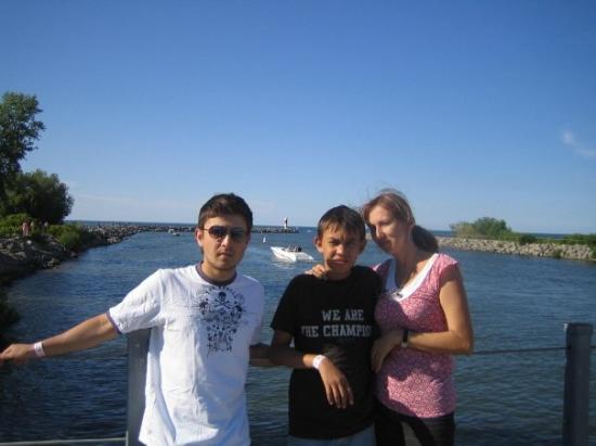 Niagara Falls: en el lago ontario o es el ontawa, bno uno cerk a canadaa