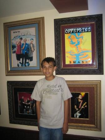 en hard rock cafe (cuadros autografiados de offspring y greenday)