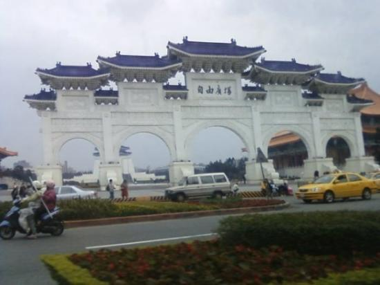 ไทเป, ไต้หวัน: Gateway to Chiang Kai-shek Memorial.