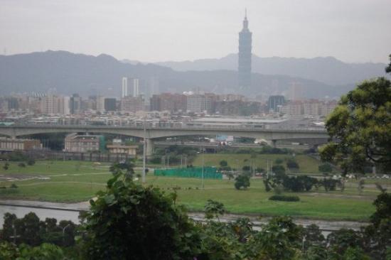 ไทเป, ไต้หวัน: The Taipei 101 skyscraper towering over the landscape.