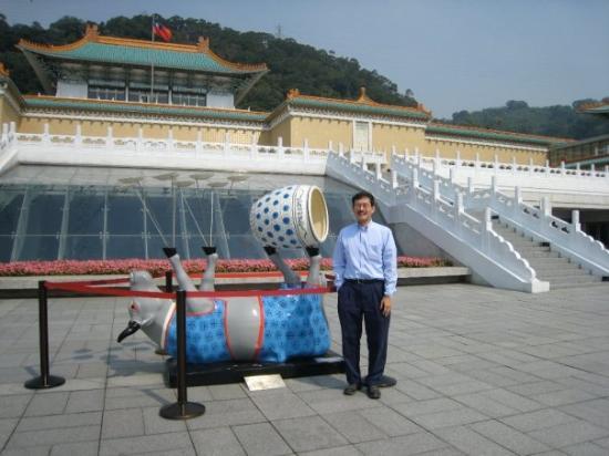 ไทเป, ไต้หวัน: Sculpture exhibit, National Palace Museum, Taipei.