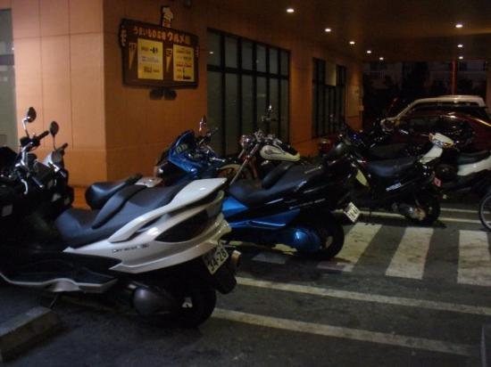 โอะกินะวะ, ญี่ปุ่น: Mopeds are the transportation of choice in Okinawa.  I've even see them pop wheelies on these li