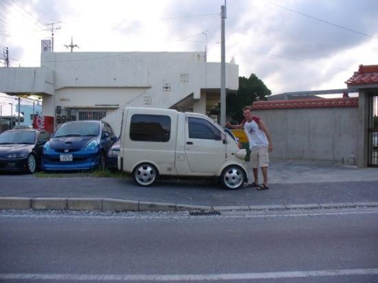 โอะกินะวะ, ญี่ปุ่น: Yes the cars in Japan can fit in your pocket.