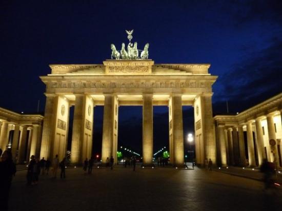ประตูบรานเด็นเบิร์ก: BERLIN: Brandenburg Gate at night