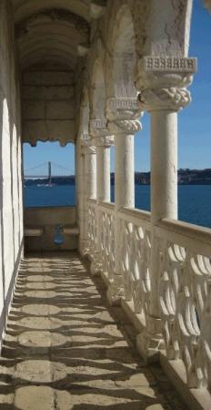 เบเลม: Loggia renascentista da torre de Belém. No fundo pôde-se ver o Ponte do 25 de Abril. Belém. Lisb
