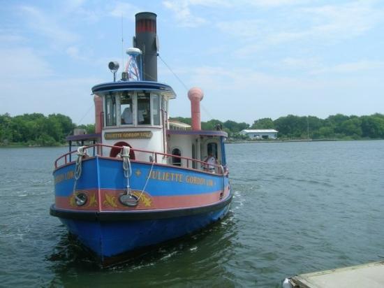 สะวันนา, จอร์เจีย: This ferry boat, named for the patron saint of Girl Scouts, crosses the Savannah River twice eac