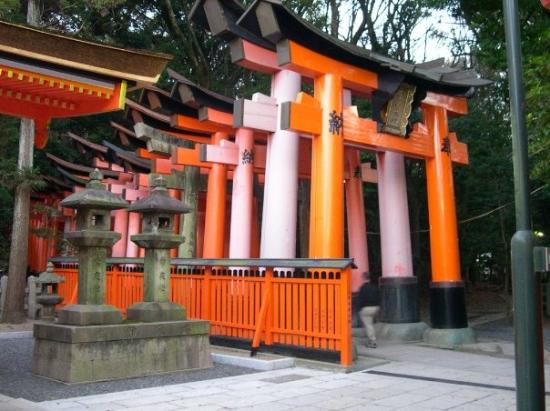 ศาลเจ้าฟูชิมิ อินาริ: Fushimi-Inari-Taisha (tempio scintoista con 1.000 portali)