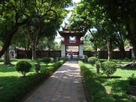 ฮานอย, เวียดนาม: At the Institiute of Education, a historical site, where Confucian scholars taught a small numbe