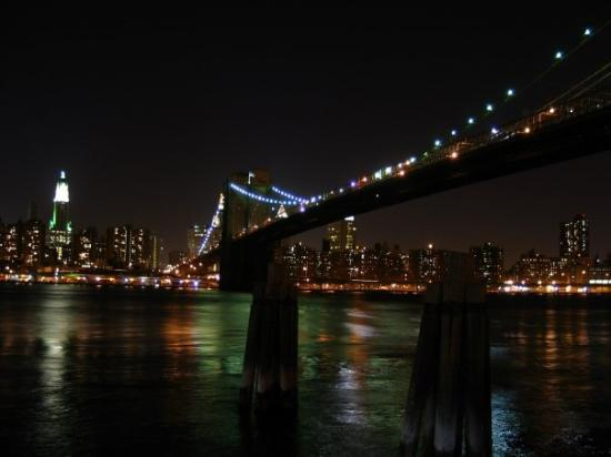 สะพานบรู๊คลิน: Ein Klassiker: Die Brooklyn Bridge, die Manhattan mit Brooklyn verbindet.