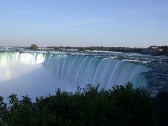 Niagara Falls: Die Niagara Horseshoe Falls. Mittendrin die Grenze zwischen den USA (New York) und Kanada (Ontar