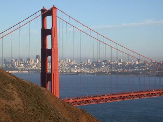 สะพานโกลเดนเกท: Wohl die meistfotografierte Brücke der Welt: Die Golden Gate Bridge mit Blick auf San Francisco