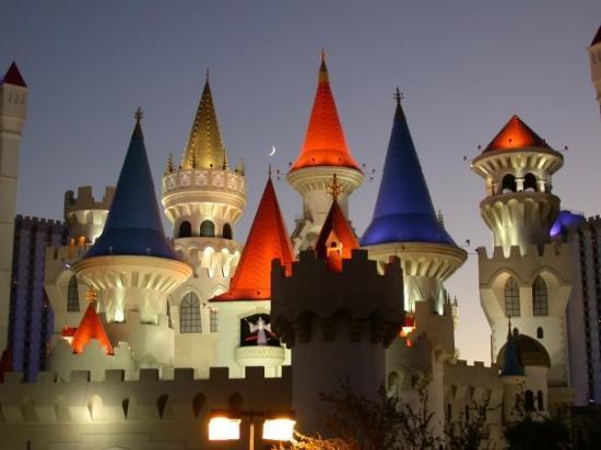 เอ็กซ์คาลิเบอร์: Das Excalibur Hotel in Las Vegas. Das einzig nicht künstliche auf dem Foto ist die Mondsichel üb