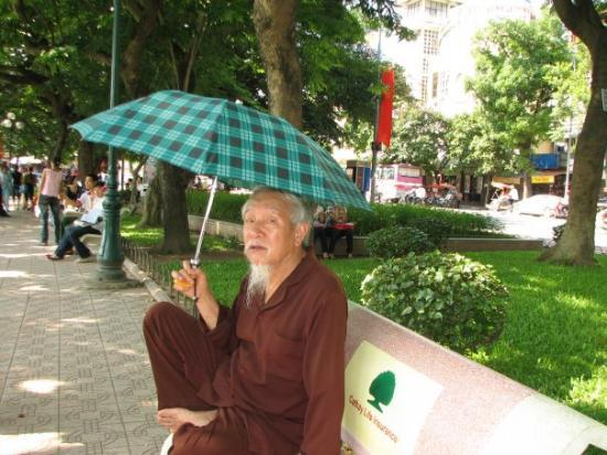 ฮานอย, เวียดนาม: Old man in Hanoi, enjoying the warm weather and lake view.