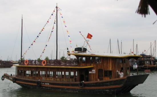 ฮาลองเบย์, เวียดนาม: Tourist cruise ship