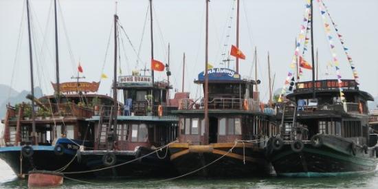 ฮาลองเบย์, เวียดนาม: Boats in Ha Long Bay