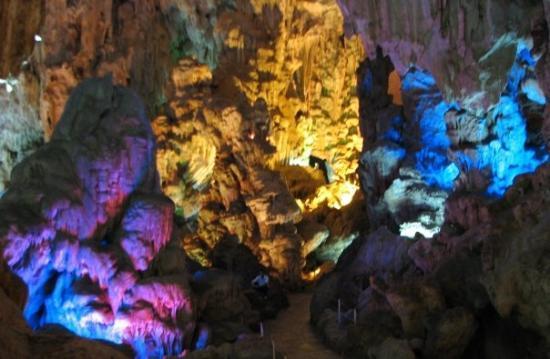 ฮาลองเบย์, เวียดนาม: Cave entrance under lights