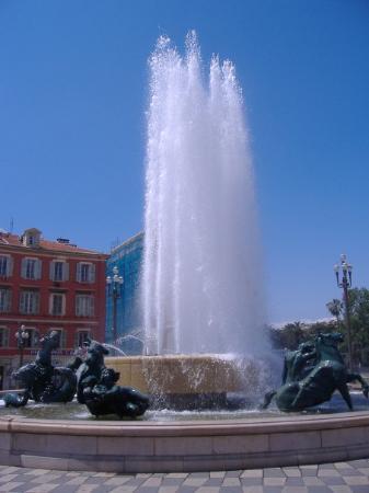 นีซ, ฝรั่งเศส: ---NICE---  La superbe fontaine, place Massena.