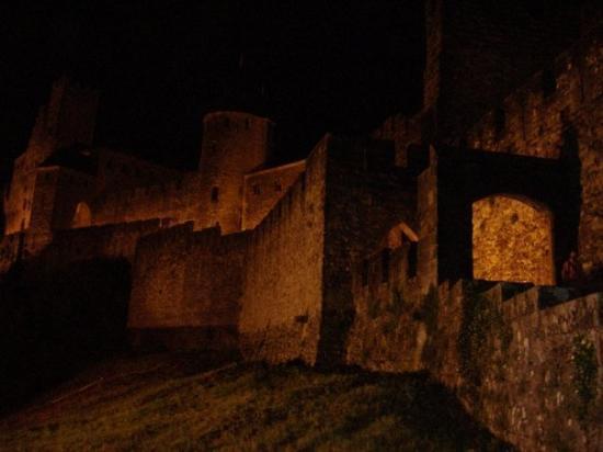 เมืองโบราณการ์กาซอน: ---CARCASSONNE---  Les remparts de la Cité Médiévale tout illuminés.