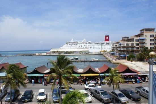 ออรานเจสตัด, อารูบา: Cruise ship Ocean Dream.  Turned into a nightmare for passengers.  People were sent home due to